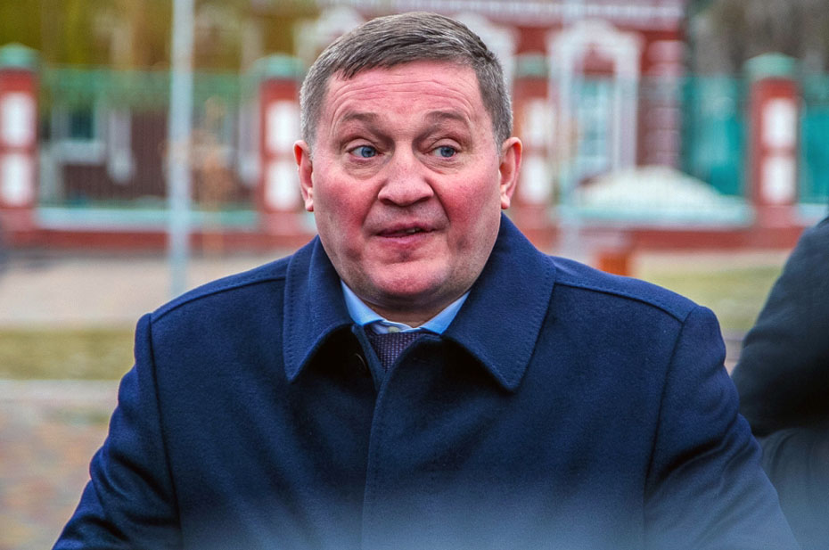 Губернатора Волгоградской области подставили. Ему не делали прививку через рубашку