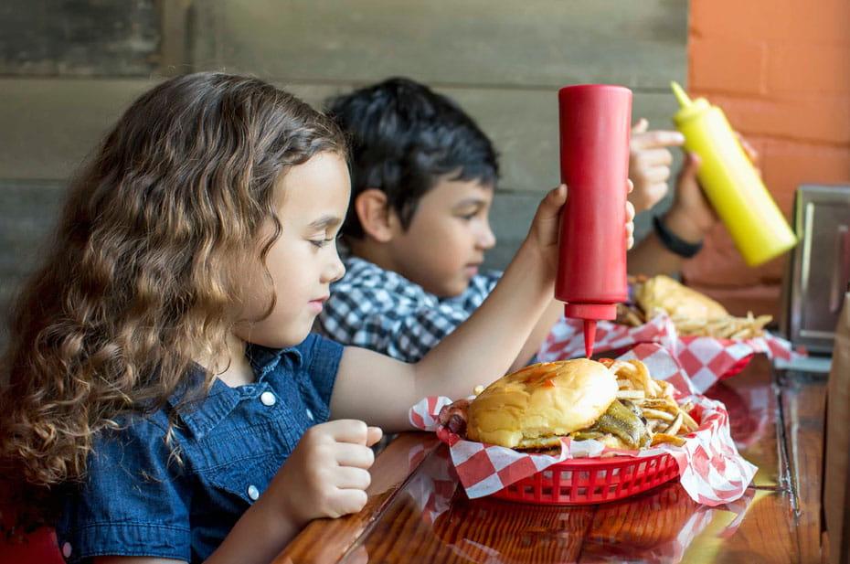 Собянин разрешил пускать в кафе детей без QR-кодов