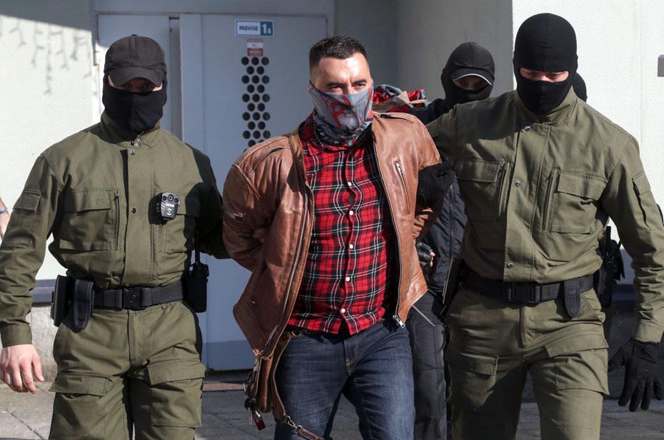 В минском суде заключенный оппозиционер воткнул себе в горло ручку