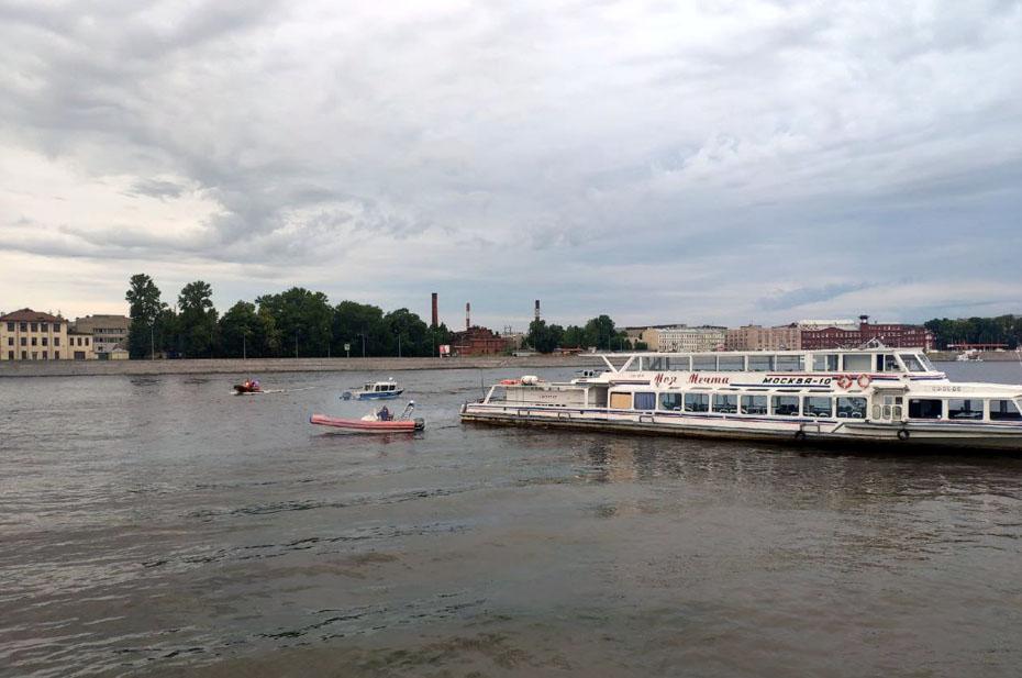 В Петербурге на мель сел теплоход с детьми
