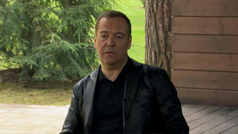 Модный приговор. Дмитрий Медведев дал интервью в пиджаке за полмиллиона рублей