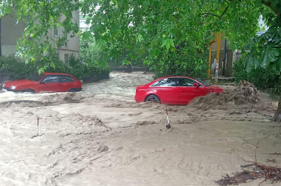 Из-за паводка в Ялте погиб один человек, в городе эвакуация