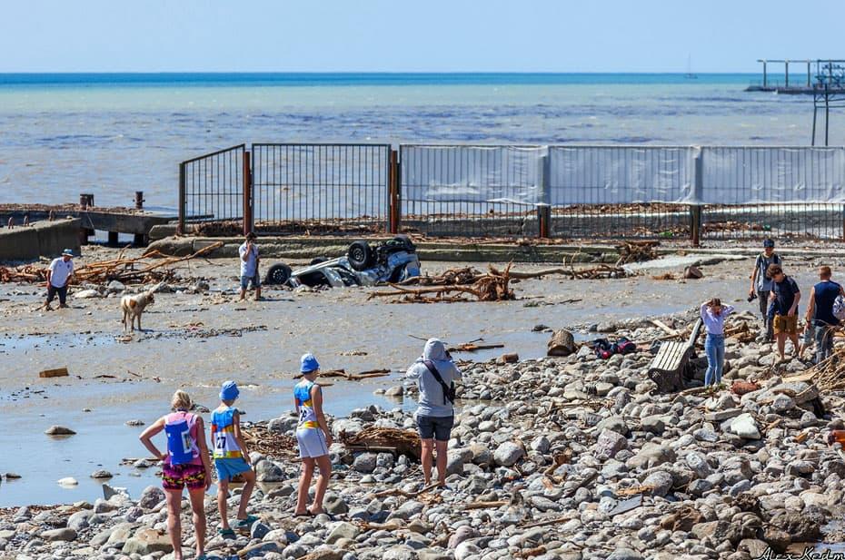В Крыму закрыли пострадавшие от наводнения пляжи