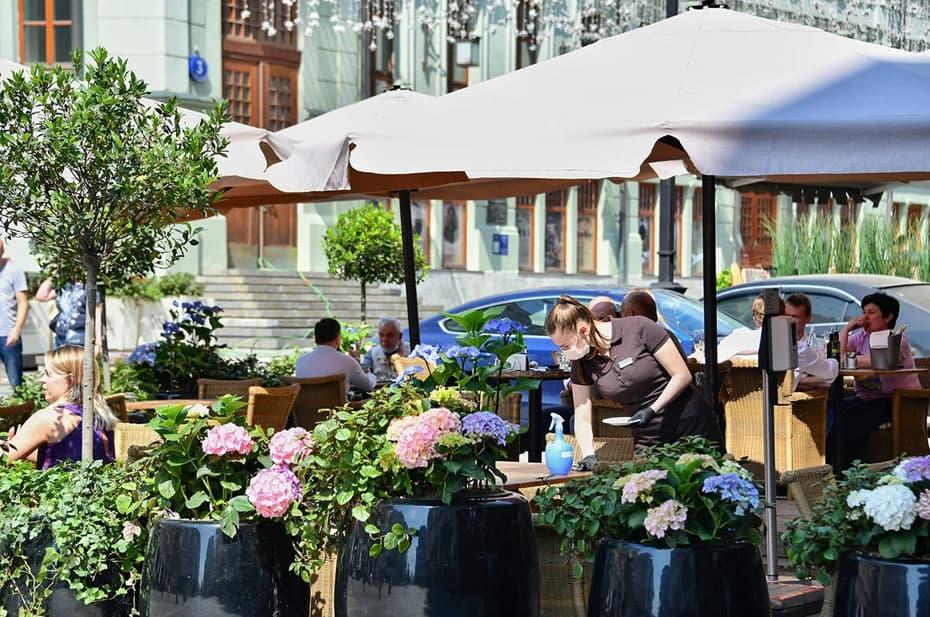 Собянин разрешил посещать летние кафе без QR-кодов до августа