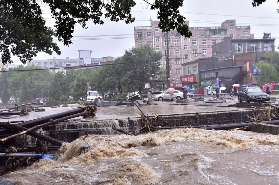 При наводнении в Китае погибло 33 человека. Еще восемь пропали без вести