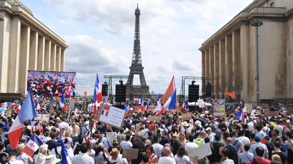«Народ должен сам вырабатывать антитела»: Францию раздирает противостояние между противниками и сторонниками вакцинации