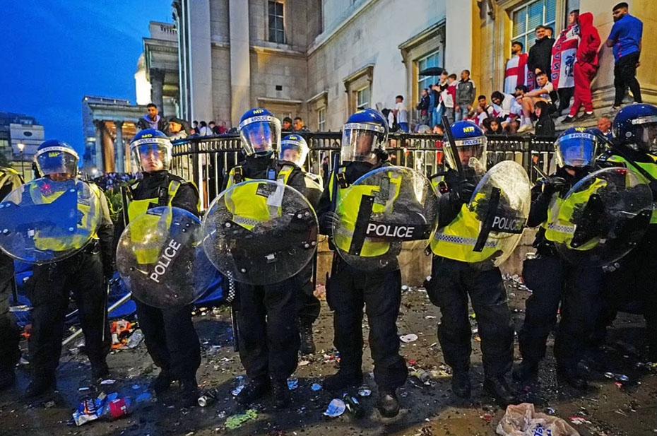 В столкновениях с футбольными фанатами пострадали 19 лондонских полицейских