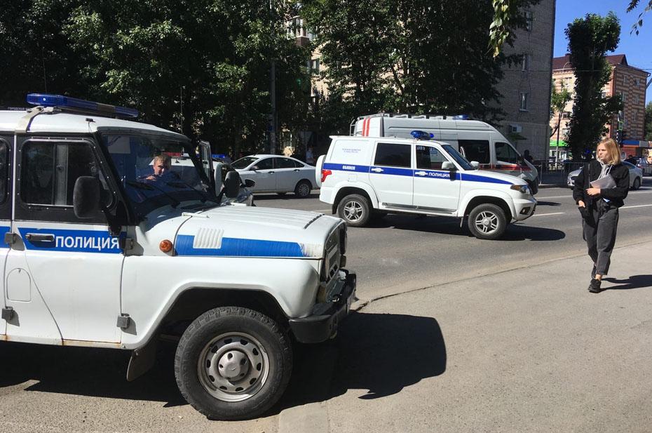 В Тюмени в Сбербанке захватили заложников, преступник угрожает взрывом
