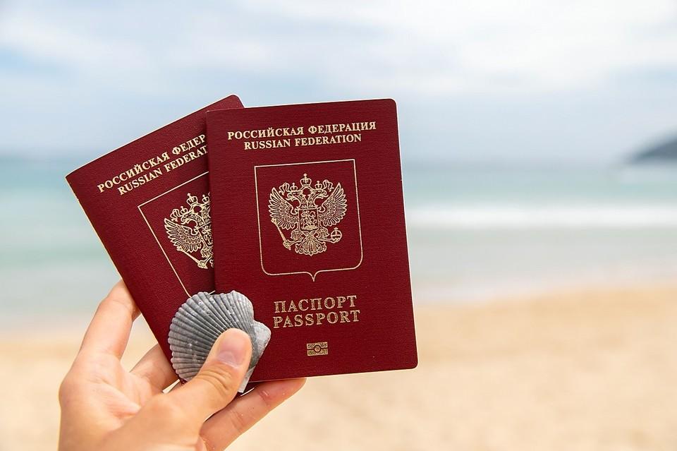 В РФ могут начать изымать загранпаспорта у должников
