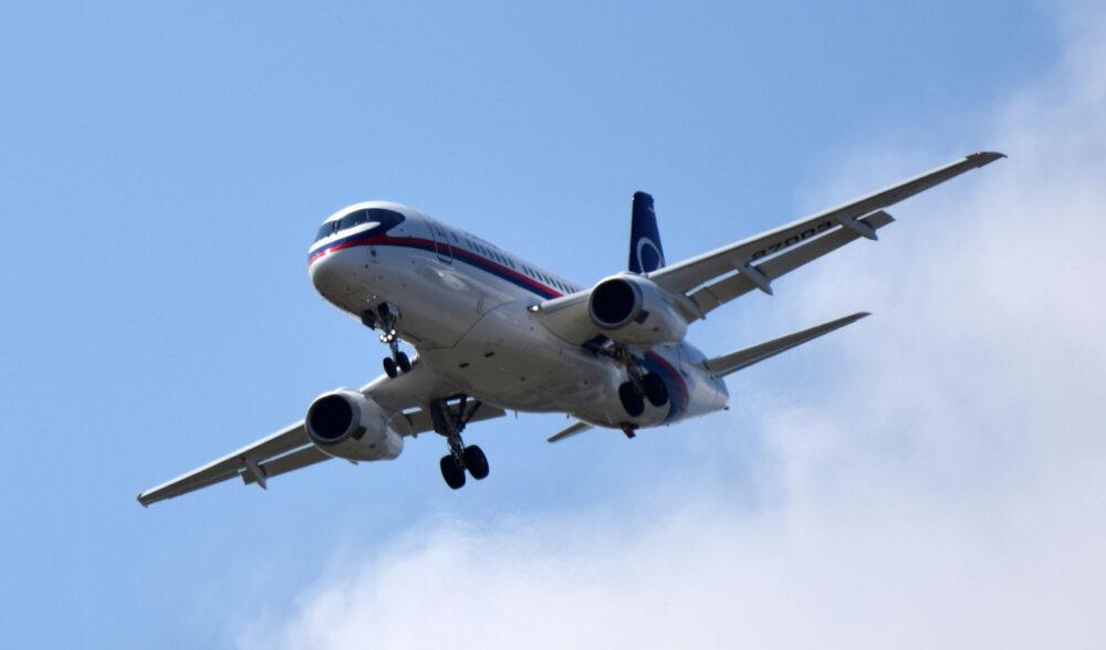 Летящий из Волгограда в Москву самолет резко снизился и подал сигнал бедствия