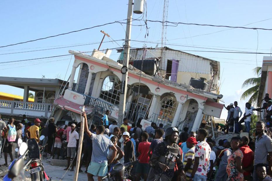 В разрушительном землетрясении на Гаити погибло больше 300 человек. Тысячи остались без крова