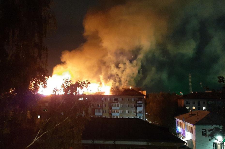 Из-за одной квартиры в Екатеринбурге выгорел весь этаж. Погибли два человека