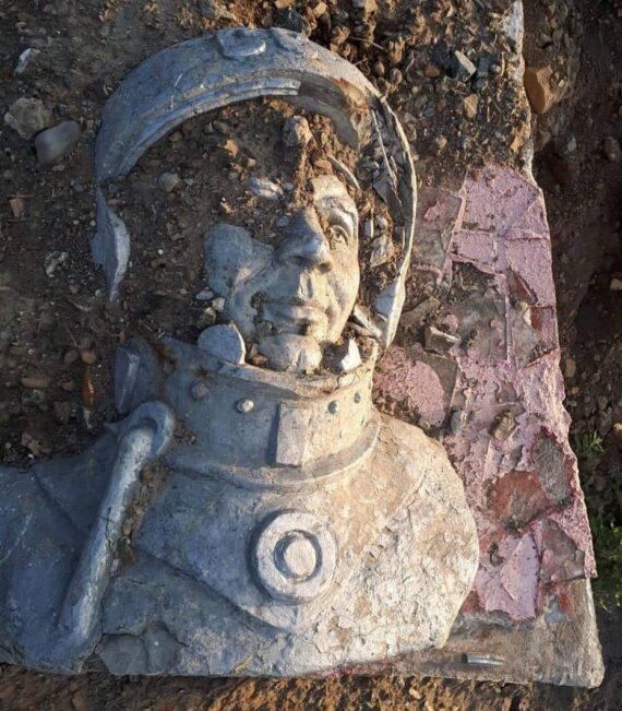 Памятник Гагарину обнаружили распиленным на свалке Сахалина