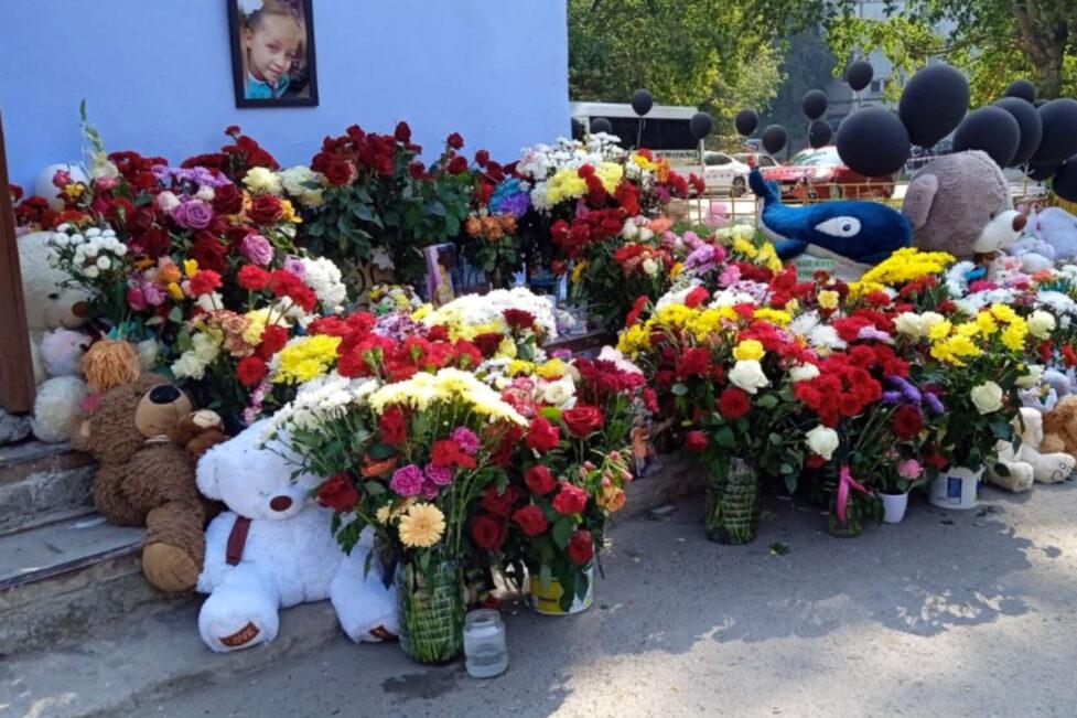 Дядя убитой в Тюмени девочки умер возле мемориала