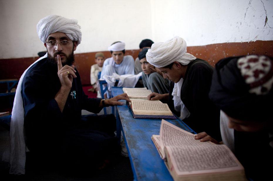 Отменили развлекательные передачи и начали транслировать чтение Корана