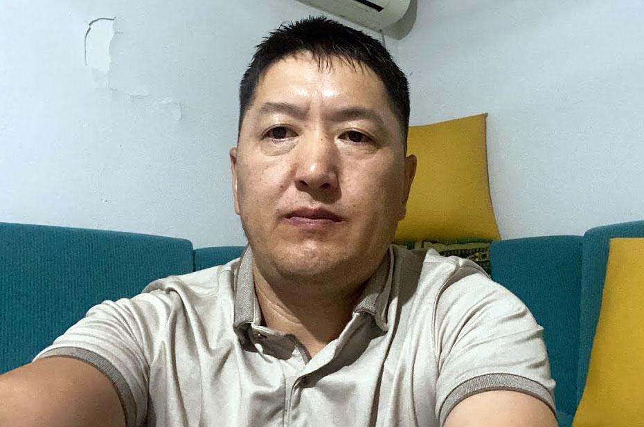Казахстанец, который заставляет русских извиняться на камеру, просит $100 за интервью. Сегодня он выступит на «Первом канале»