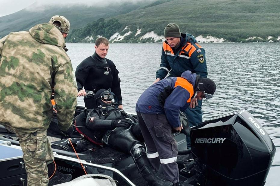 Водолазы продолжили операцию по поднятию тел со дна Курильского озера
