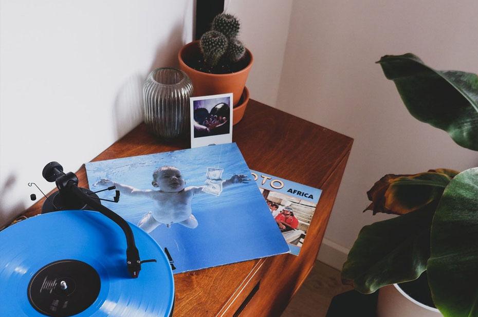 Младенец с обложки альбома Nirvana вырос и судится с членами группы