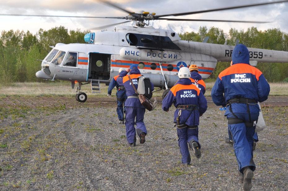 На Камчатке вертолет Ми-8 с туристам упал в Курильское озеро. Пропали без вести восемь человек