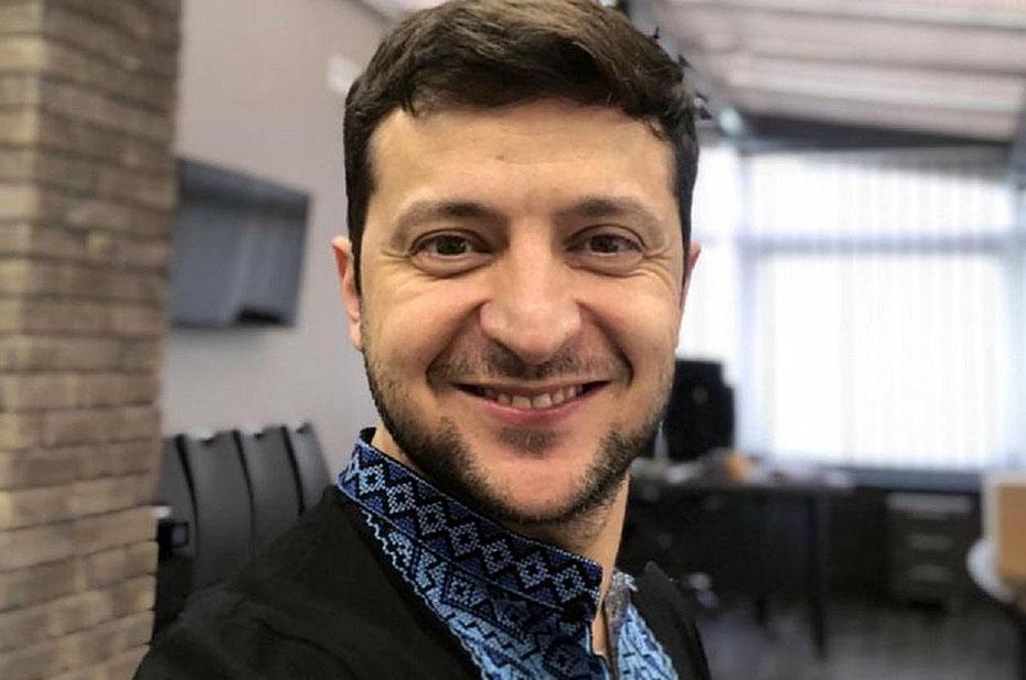 Владимир Зеленский 30 раз отжался на брусьях в вышиванке ради челленджа