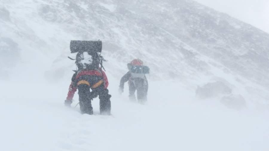 Непогода не дала спустить с Эльбруса тела трех погибших туристов