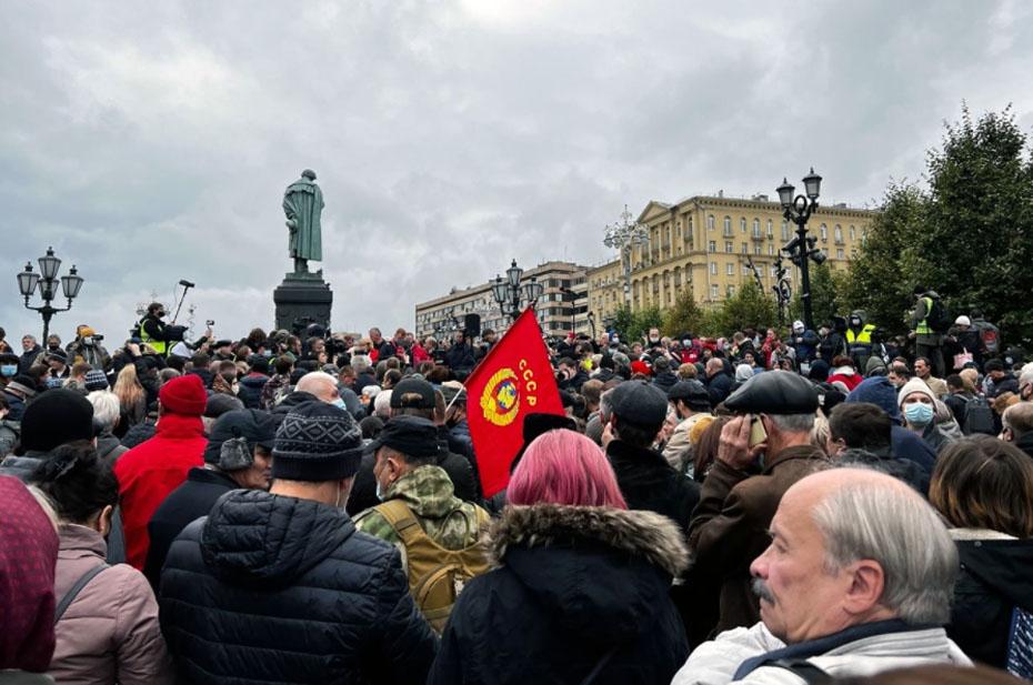 В центре Москвы идет борьба КПРФ и полиции
