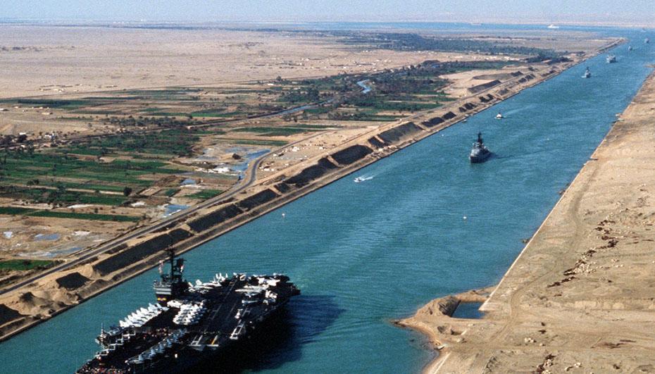 В Суэцком канале снова танкер сел на мель и перекрыл движение