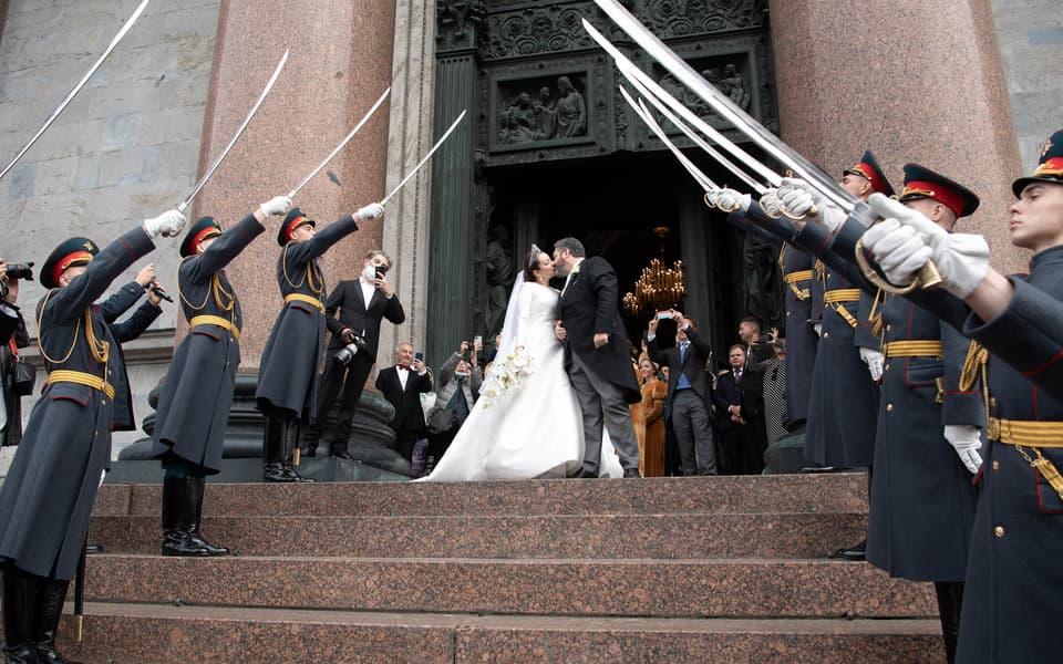 Шойгу наказал военных, которые организовали почетный караул на венчании Романовых