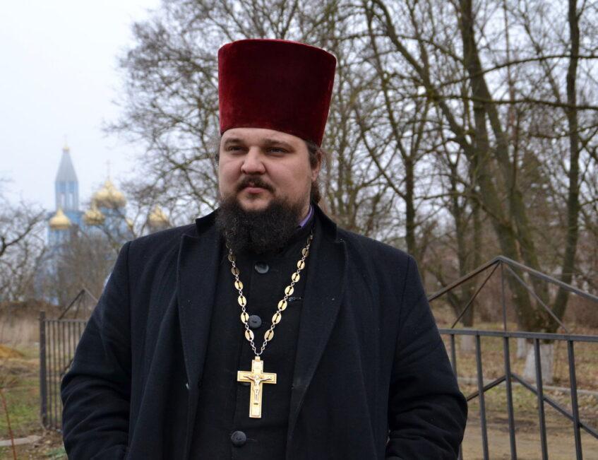 Конфликт с чиновником: за что отстранили священника, помогавшего детям Донбасса